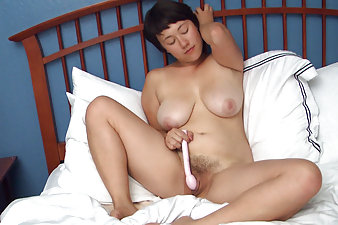 Hairy girl Sarah Rose likes to play in bed