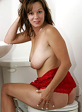 MILF Samantha fingers her mature pussy for the holidays