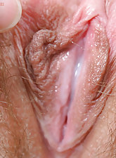 Jamie Lee toys her hairy pussy